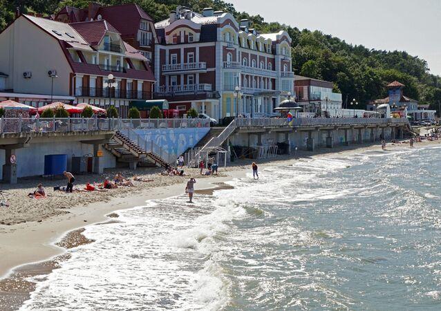 Urlopowicze na wybrzeżu Morza Bałtyckiego w Swietłogorsku