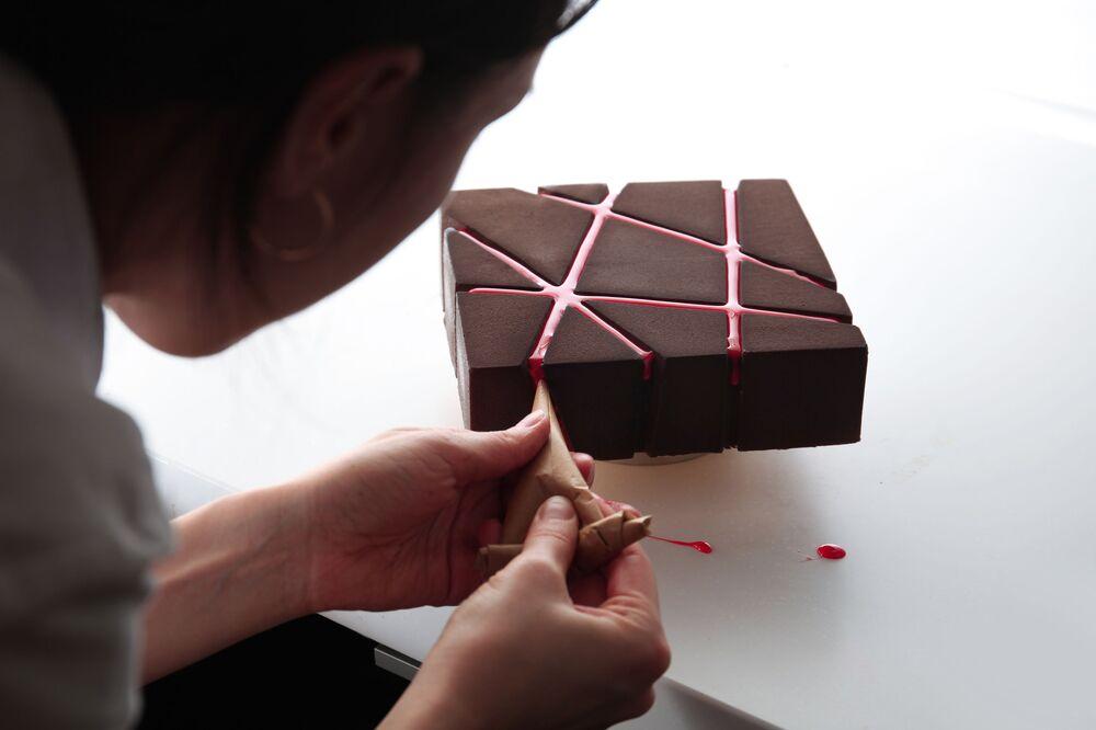 Powierzchnia tego czekoladowego tortu jest pełna przecinających się linii, dlatego, że...