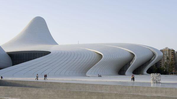 …pofalowane żebra Centrum Kultury Gejdara Alijewa w Baku autorstwa Zachi Hadid. - Sputnik Polska