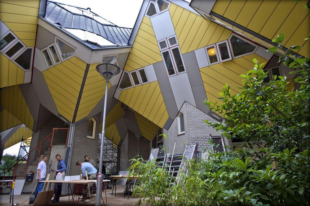 …legendarnymi kubistycznymi domami w Rotterdamie. One również są szare u góry i żółte od strony fasady.