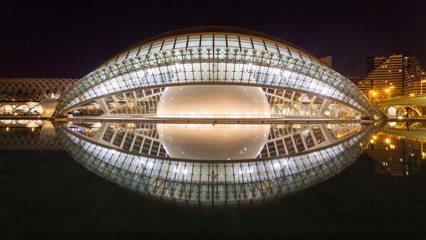 …budynku L'Hemisfèric – jednym z pięciu budynków Santiago Calatravy Miasta Sztuki i Nauki w Walencji (Hiszpania) zbudowanym w stylu bio-tech. Nocą sferyczne jądro budynku wygląda szczególnie efektownie poprzez przejrzystą fasadę. - Sputnik Polska