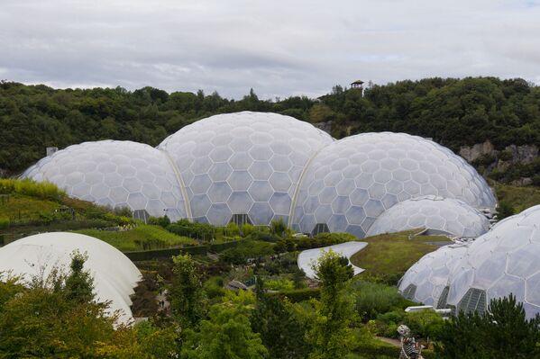 …pokryte bańkami kopuły kompleksu oranżerii Eden w Wielkiej Brytanii autorstwa architekta Nicolasa Grimshawa. - Sputnik Polska