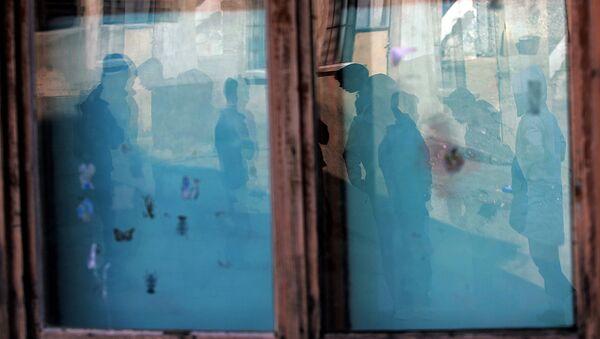 Dzieci odbijają się w oknie szkoły w Kosowo - Sputnik Polska