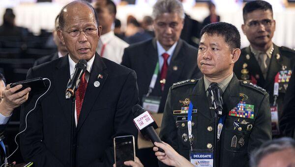 Minister obrony Filipin Delfin Lorenzana i dowódca filipińskich sił zbrojnych Eduardo Ano na konferencji prasowej w mieście Clark, Filipiny - Sputnik Polska