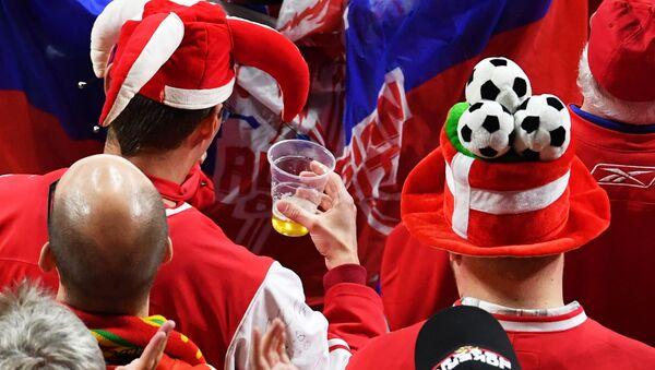 Kibice z piwem podczas meczu. Zdjęcie archiwalne - Sputnik Polska