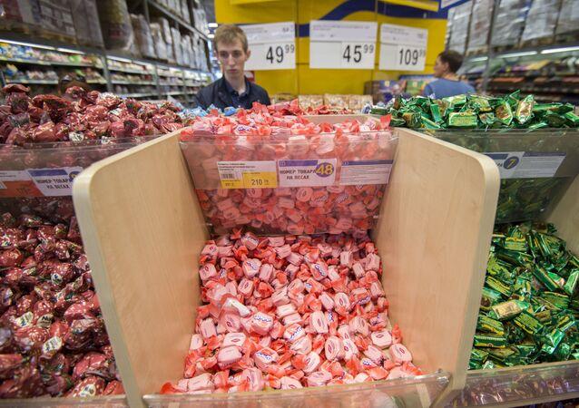 Cukierki ukraińskiej produkcji na półkach sklepowych