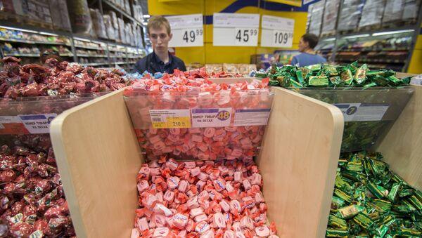Cukierki ukraińskiej produkcji na półkach sklepowych - Sputnik Polska