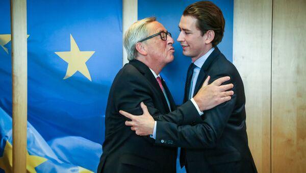 Przewodniczący Komisji Europejskiej Jean-Claude Juncker w czasie powitania przyszłego kanclerza Sebastiana Kurza na szczycie UE w Brukseli - Sputnik Polska