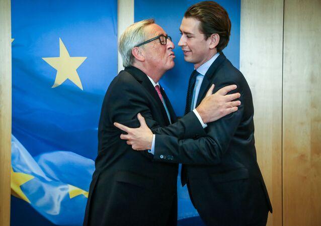 Przewodniczący Komisji Europejskiej Jean-Claude Juncker w czasie powitania przyszłego kanclerza Sebastiana Kurza na szczycie UE w Brukseli