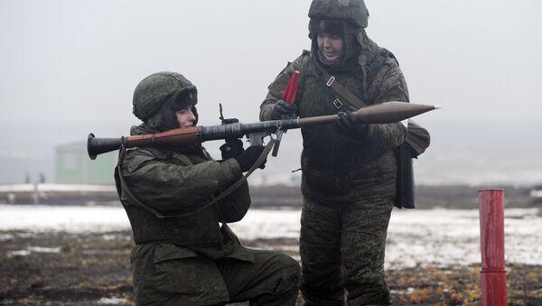 Wojskowi prowadzą zajęcia z ręcznym granatnikiem przeciwczołgowym RPG-7W podczas ćwiczeń polowych - Sputnik Polska
