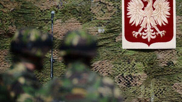 Żołnierze z polskim godłem w tle - Sputnik Polska
