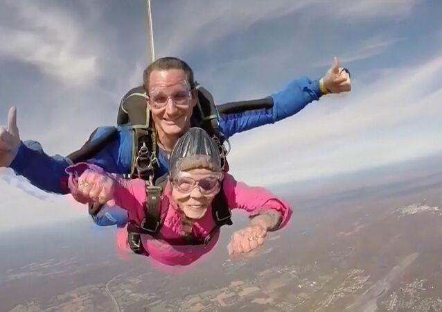 94. latka skoczyła ze spadochronem