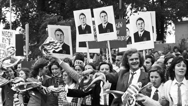 Misezkańcy Warszawy witają Leonida Breżniewa podczas jefo wizyty w PRl-u, 1974 - Sputnik Polska