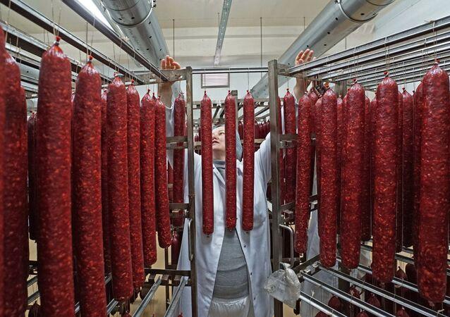 Pracownik zakładów mięsnych Kaliningradzki delikates