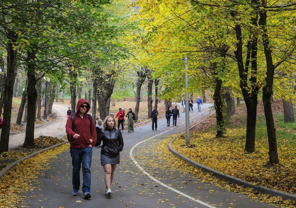 Zwiedzający w Parku Narodowym Kisłowodzki.
