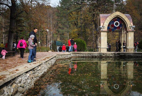 Zwiedzający w Parku Narodowym Kisłowodzki. - Sputnik Polska