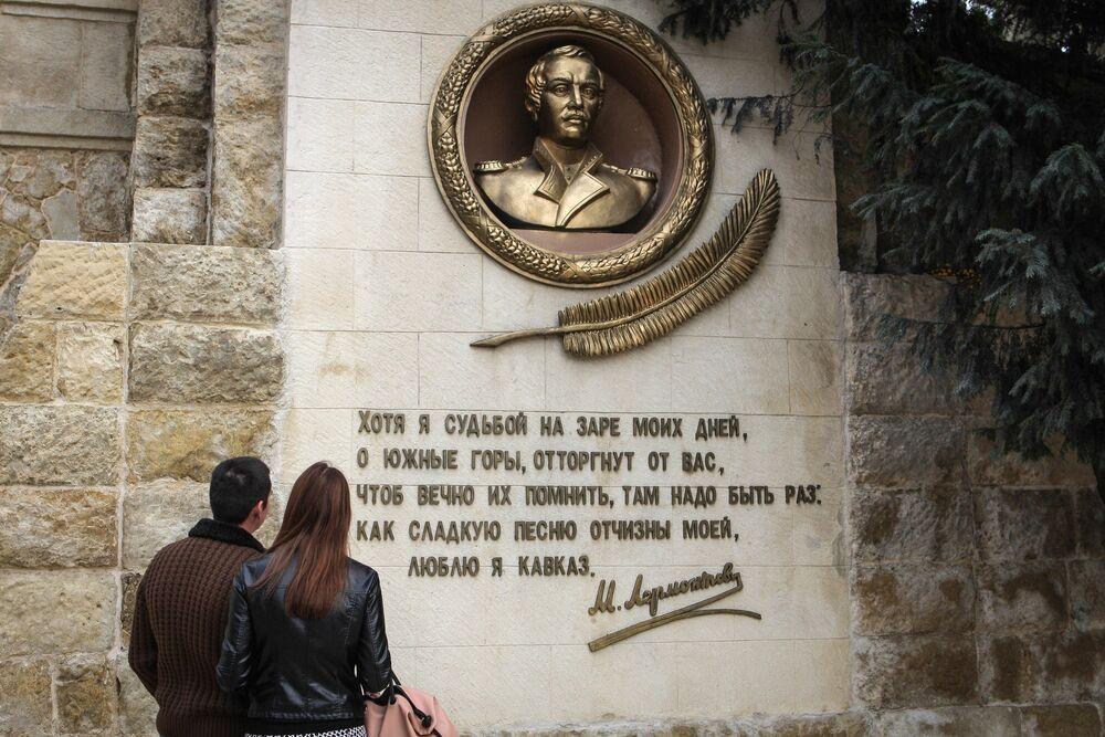 Płaskorzeźba rosyjskiego poety epoki romantyzmu M. Lermontowa w Parku Narodowym Kisłowodzki.