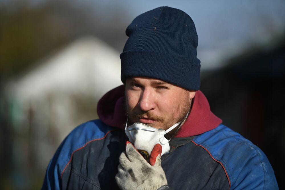 Kominiarz Maksim podczas pracy w rejonie siergijew-posadzkim obwodu moskiewskiego.