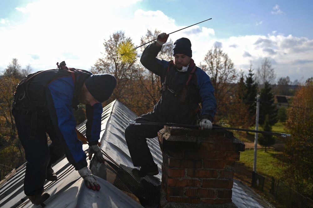 Kominiarze czyszczą przewody w rejonie siergijew-posadzkim obwodu moskiewskiego.