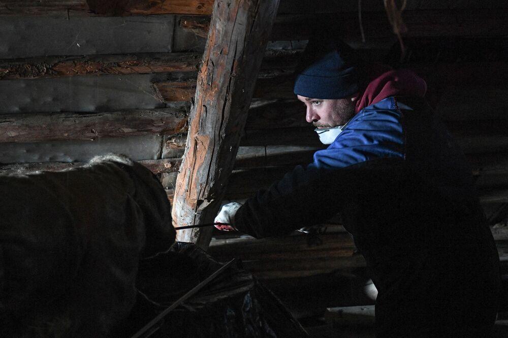 Oczyszczanie komina na dachu domu w rejonie siergijew-posadzkim obwodu moskiewskiego.