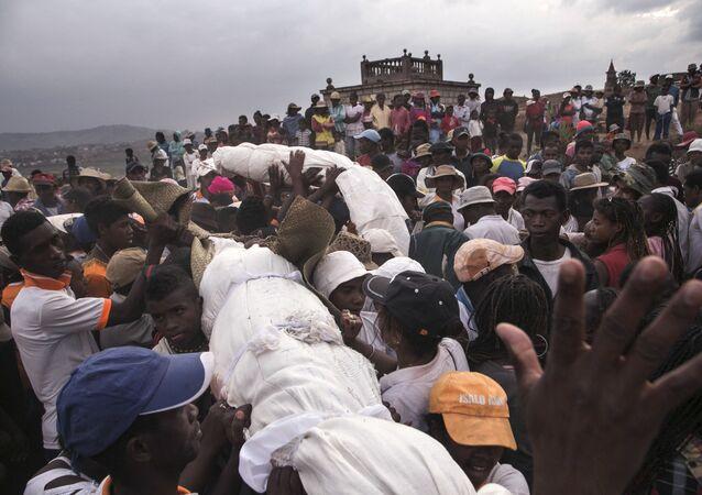Famadihana – obrzęd pogrzebowy na Madagaskarze