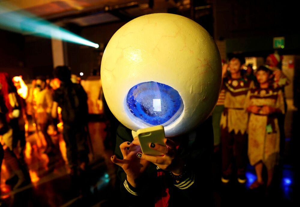 Uczestnik w przebraniu podczas parady Halloween w Japonii