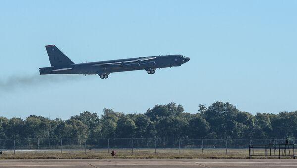 Strategiczny bombowiec B-52 Stratofortress podczas ćwiczeń Global Thunder 17 - Sputnik Polska