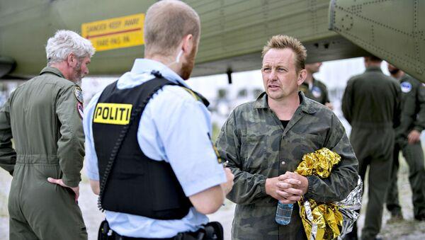 Peter Madsen rozmawia z policjantem w porcie Dragoer na południe od Kopenhagi - Sputnik Polska