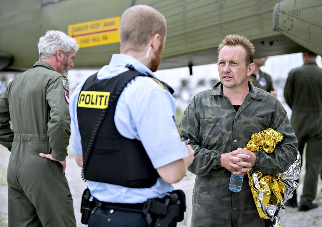 Peter Madsen rozmawia z policjantem w porcie Dragoer na południe od Kopenhagi