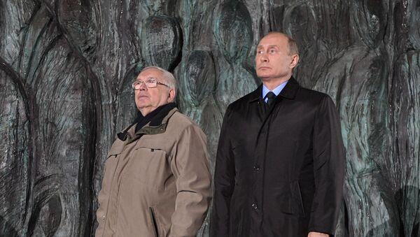Członek Rady Federacji Władimir Łukin i prezydent Władimir Putin na otwarciu pomnika ofiar reprezji politycznych Ściana Smutku w Moskwie - Sputnik Polska