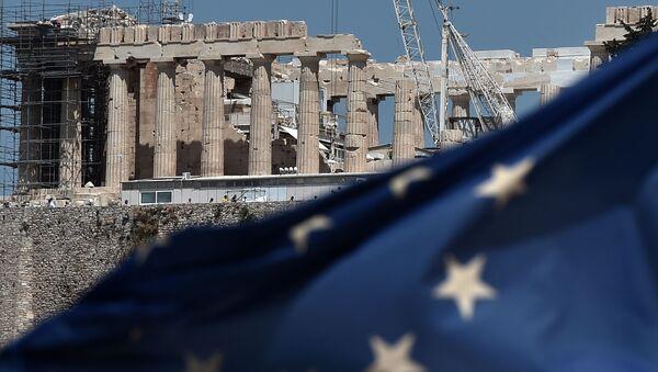 Flaga UE przed Partenonem na Akropolu w Atenach - Sputnik Polska