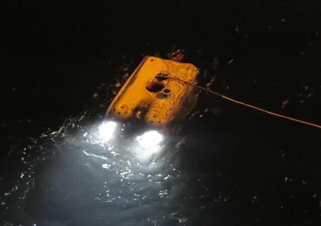 Rosyjscy ratownicy zbadali śmigłowiec Mi-8, który spadł do morza niedaleko wyspy Spitsbergen