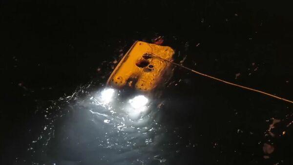 Rosyjscy ratownicy zbadali śmigłowiec Mi-8, który spadł do morza niedaleko wyspy Spitsbergen - Sputnik Polska