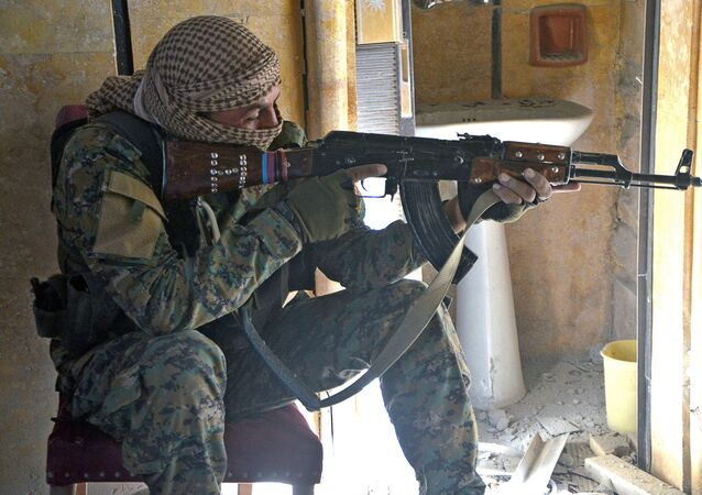 Kurdyjski bojownik w Rakce
