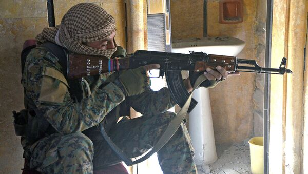 Kurdyjski bojownik w Rakce - Sputnik Polska