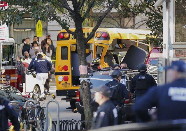 Uszkodzony szkolny minibus po zamachu w Nowym Jorku