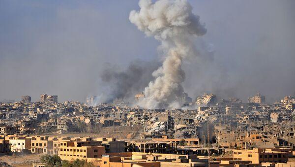 Dym z eksplozji w syryjskim mieście Dajr az-Zaur - Sputnik Polska