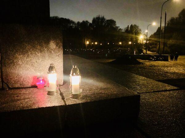W dniu Wszystkich Świętych  - Cmentarz Mauzoleum Żołnierzy Radzieckich - Sputnik Polska