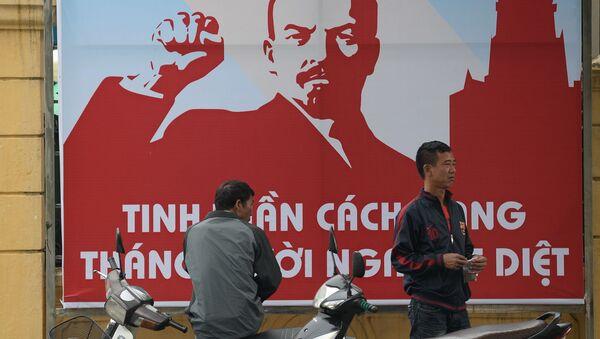 Plakat z okazji 100 rocznicy rewolucji październikowej w Hanoi - Sputnik Polska