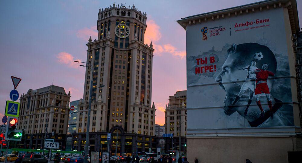 Graffiti przedstawiające piłkarzy na fasadzie domu. Moskwa
