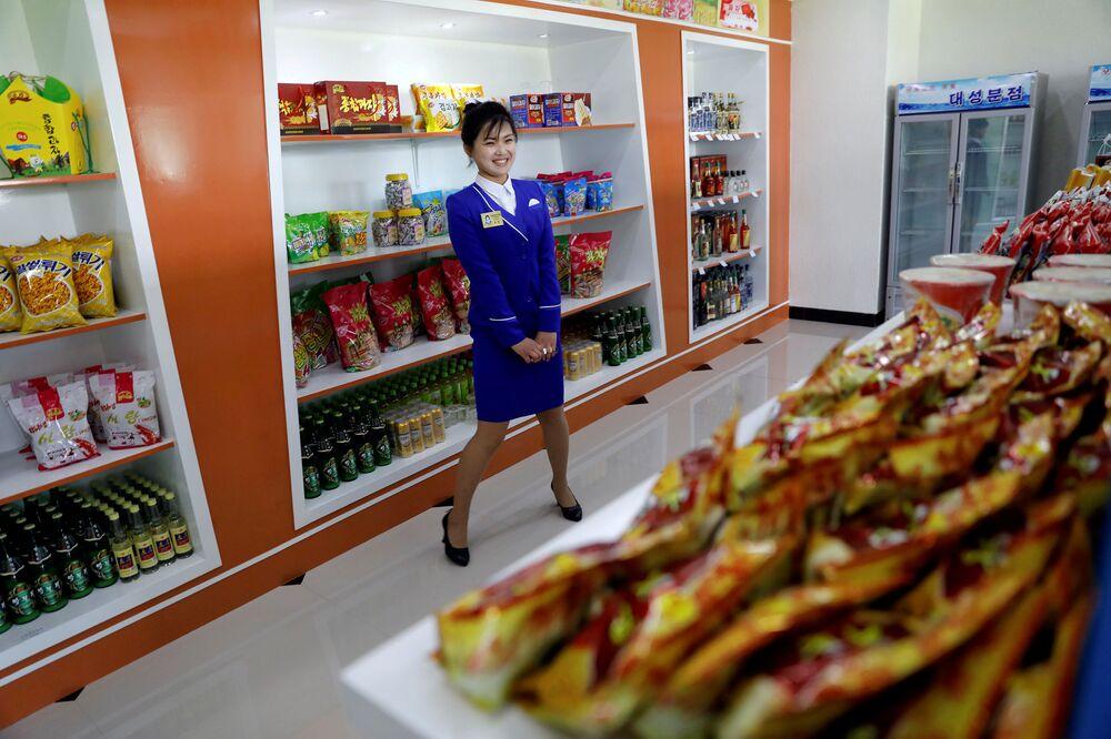 Sprzedawczyni w sklepie spożywczym w Pjongjangu.