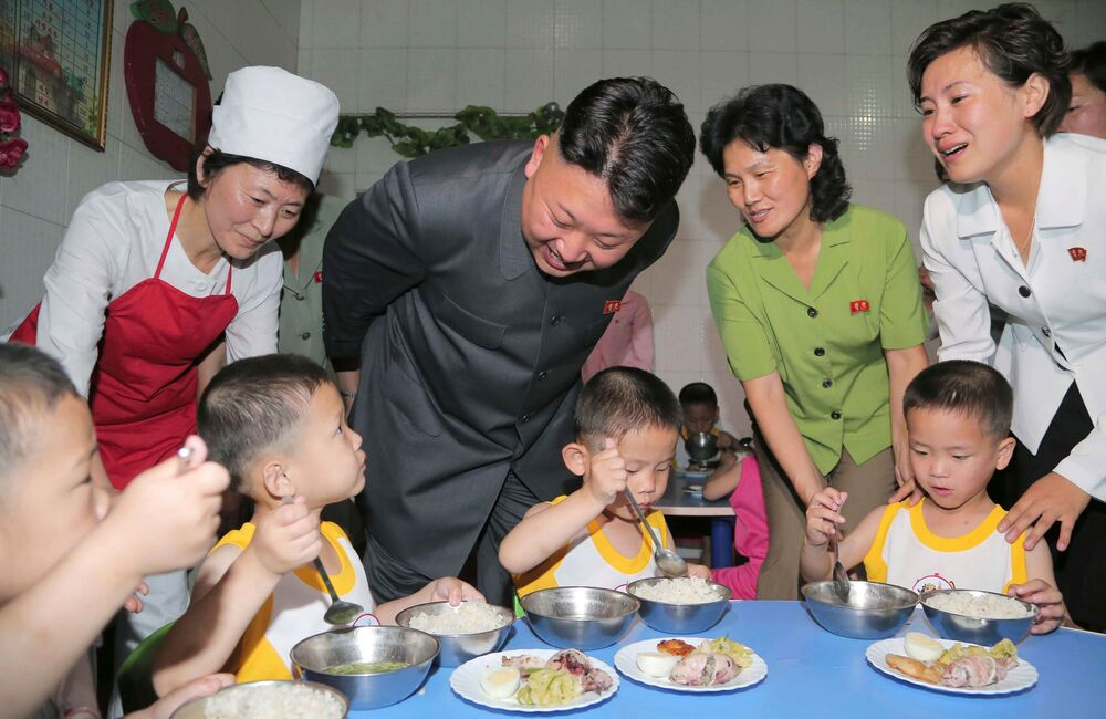 Północnokoreański przywódca Kim Dzong Un podczas wizyty w domu dziecka w Pjongjangu.