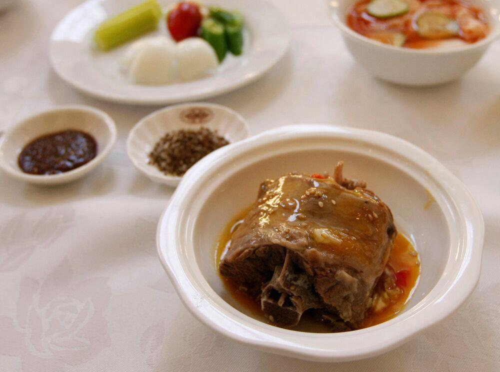 Danie Dan go gi z mięsa psa w popularnej restauracji w Pjongjangu.