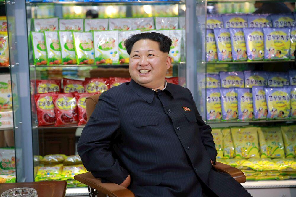 Północnokoreański przywódca Kim Dzong Un podczas wizyty w zakładzie produkującym żywność dla dzieci w Pjongjangu.