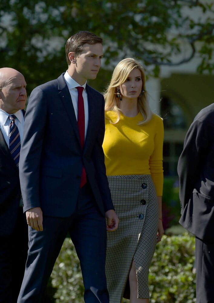 Jared Kushner i Ivanka Trump na trawniku przed Białym Domem.