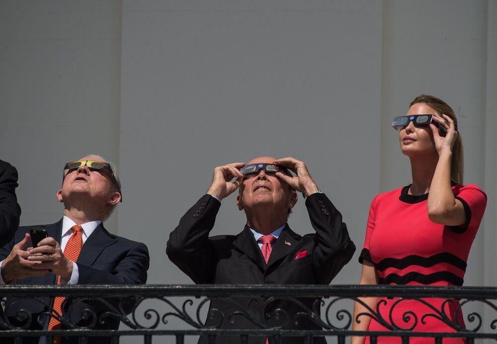 Doradczyni prezydenta USA Ivanka Trump obserwuje częściowe zaćmienie słońca z balkonu Białego Domu.
