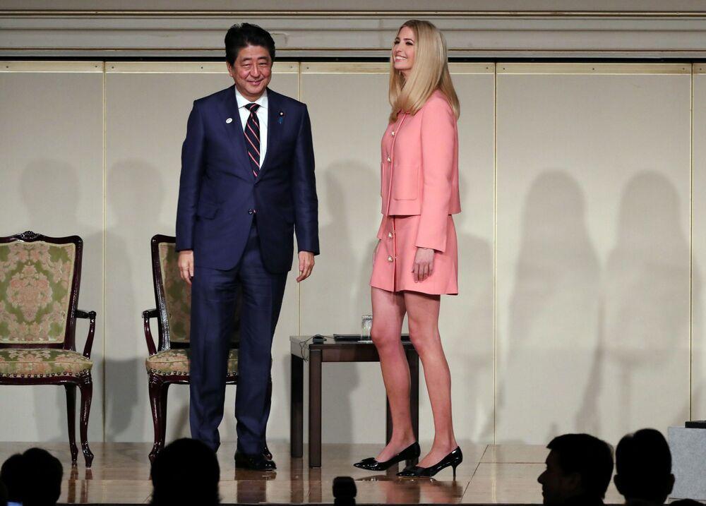 Premier Japonii Shinzo Abe z córką i doradczynią prezydenta USA Ivanką Trump.