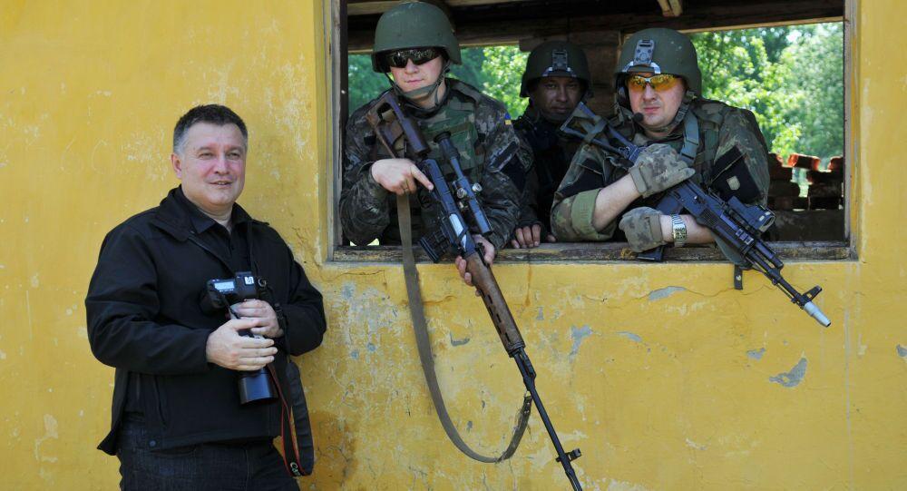 Minister spraw wewnętrznych Ukrainy Arsen Awakow z amerykańskimi żołnierzami podczas manewrów Fearless Guardian - 2015