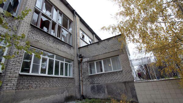 Uszkodzony w wyniku nocnego ostrzału budynek szkoły nr 58 w Doniecku - Sputnik Polska