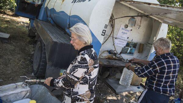 Mieszkańcy Ługańska pobierają wodę do kanistrów. Zdjęcie archiwalne - Sputnik Polska